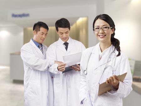lekarz: Portret młodej kobiety asian lekarza.