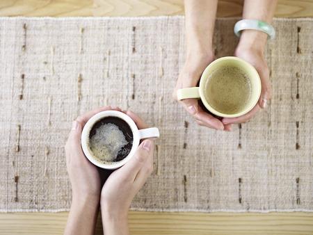 dos personas platicando: dos personas hablando mientras bebe caf�.