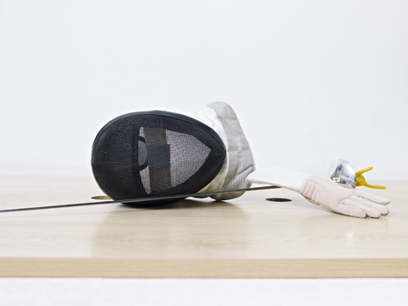 esgrima: m�scara de esgrima y estoque en el piso.
