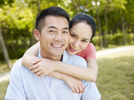 esposas: retrato de una pareja asi�tica en el parque Foto de archivo