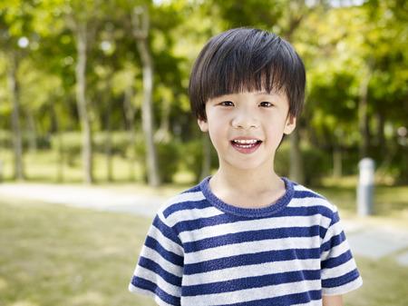 junge: Outdoor-Porträt eines kleinen asiatischen Jungen.