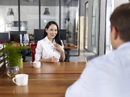 entrevista: joven empresaria asi�tica en busca confianza de hacer una introducci�n auto durante una entrevista de trabajo.
