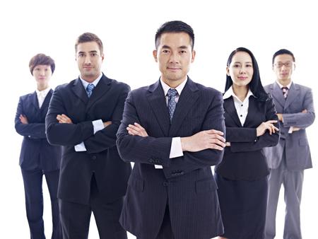 studio, portrait d'une équipe de l'entreprise multinationale, isolé sur fond blanc.