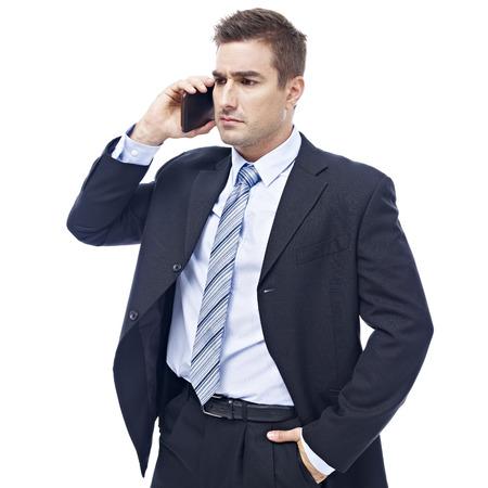 empleado de oficina: cauc�sico persona de negocios hablando por tel�fono celular que parece seria y triste, aislado en fondo blanco.