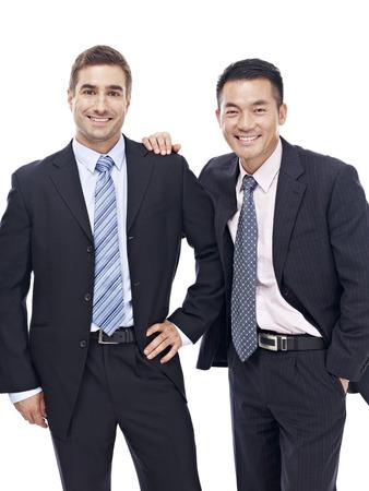 portrait d'un caucasien et hommes d'affaires un asiatique, heureux et souriant, isolé sur fond blanc studio. Banque d'images