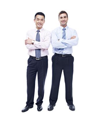 empleado de oficina: Retrato de estudio de hombres de negocios asiáticos y caucásicos, los brazos cruzados, mirando a la cámara sonriendo, aislado sobre fondo blanco.