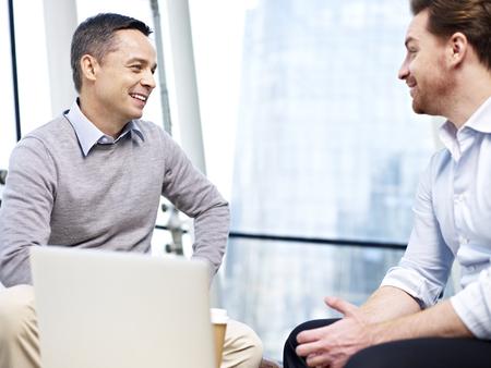 オフィスでのコーヒー ブレーク中にチャット 2 人の白人ビジネスマン。