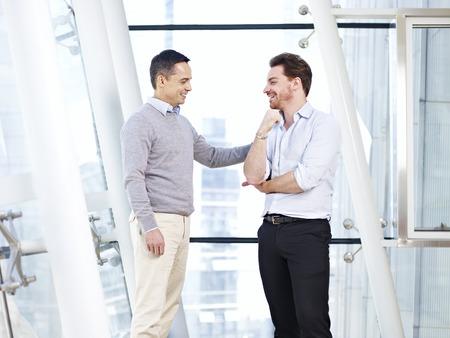 patron: ejecutivo de negocios caucásico alabar subordinada al dar una palmada en el hombro.