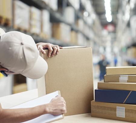 entrepôt contrôle des travailleurs et d'enregistrement des biens reçus ou à expédier dehors.