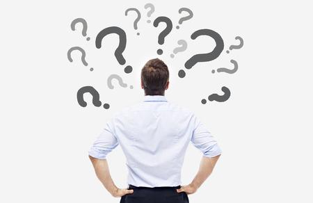 hombre escribiendo: Vista trasera de un hombre de negocios caucásico, mirando a la pregunta marca en la tarjeta blanca.