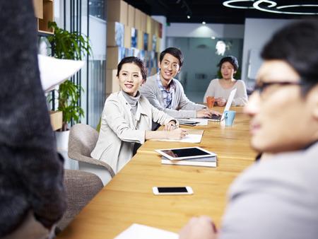 une équipe de jeunes entrepreneurs asiatiques se réunissant au bureau pour discuter d'idées pour les nouvelles entreprises. Banque d'images