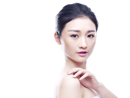 studio portret van een jonge Aziatische vrouw, geïsoleerd op wit.