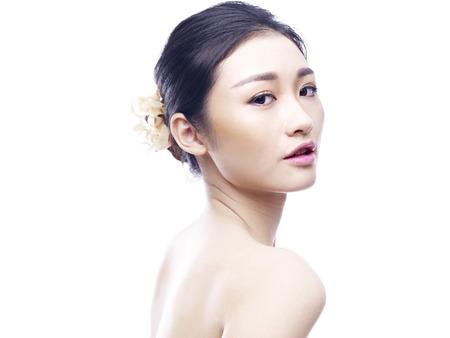Retrato de estudio de una joven y bella mujer asiática, vista lateral, mirando a cámara, aislado sobre fondo blanco. Foto de archivo - 59362071