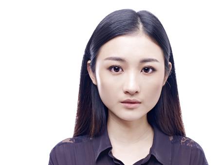foto carnet: foto de pasaporte de una muchacha asiática joven y hermosa, aislado en fondo blanco.
