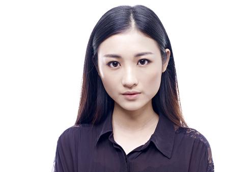 niñas chinas: retrato de una muchacha asiática joven y hermosa, aislado en fondo blanco.