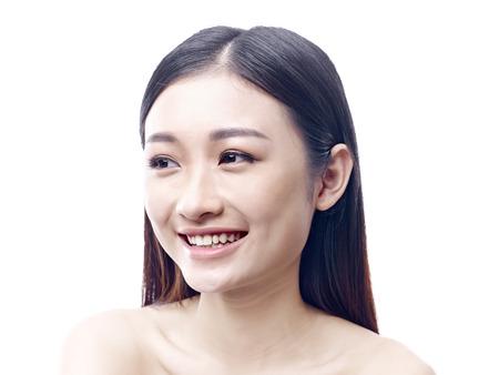 niñas chinas: estudio de retrato de una mujer asiática joven feliz, aislado sobre fondo blanco.