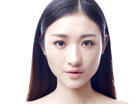 Ritratto di Close-up di una giovane e bella ragazza asiatica, isolata su sfondo bianco. Archivio Fotografico - 61280280