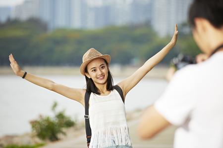 mochila de viaje: par de jóvenes turistas que toman una foto del viaje