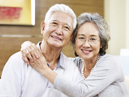 parejas enamoradas: retrato de una pareja asiática amante, mirando a la cámara sonriendo