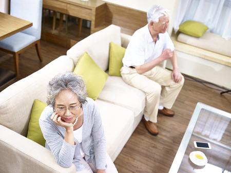 couple de personnes âgées asiatique ayant problème de relation en colère contre l'autre, vue à angle élevé.