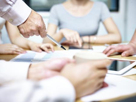 groupe de personnes asiatiques réunis dans le bureau discuter plan d'affaires