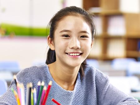 Porträt des 11-jährigen asiatischen grundlegenden Schulmädchens Standard-Bild - 73656208
