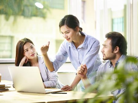 비즈니스 목표를 논의하는 사무실에서 젊은 아시아 기업 임원 모임. 스톡 콘텐츠