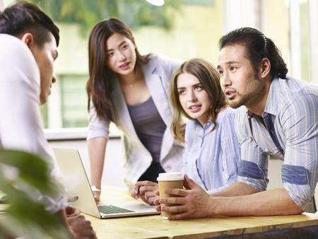 Équipe de gens d'affaires multinationaux réunis au bureau