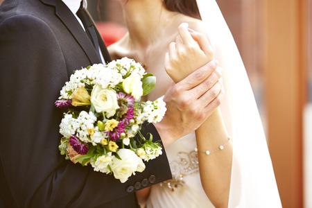 ブーケを結婚式の日にお互いをハグと新郎新婦を愛する 写真素材
