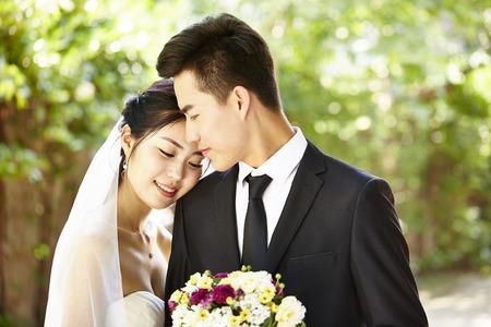 親密な結婚式のカップルの屋外のポートレート。
