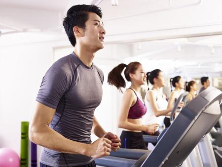 młodych azjatyckich dorosłych pracy na bieżni.