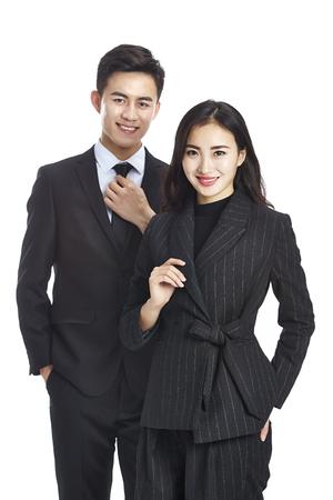 studio portret van twee jonge Aziatische corporate executive, zakenman en zakenvrouw, kijken camera glimlachen, geïsoleerd op een witte achtergrond. Stockfoto