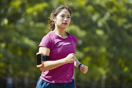joven, mujer asiática, atleta de pista y campo, funcionamiento