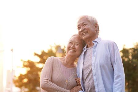 ritratto all'aperto di amorevole coppia asiatica anziana, felice e sorridente