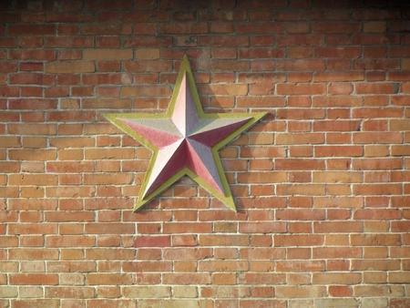 pentacle: un pentacolo sul muro di mattoni rossi