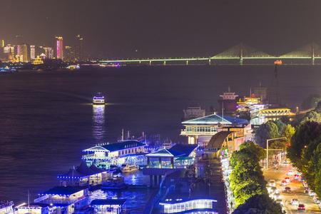 La vue de nuit de la rivière yangtze à wuhan Banque d'images - 93135868