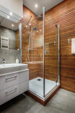 cabine de douche: mur en bois conçu élégant et moderne dans la cabine de douche