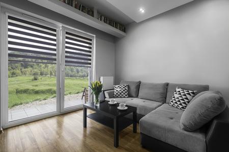 Prosto i nowoczesne zaprojektowane wnętrze salonu