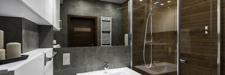 Moderne badkamer interieur ontworpen in wit, grijs en bruin, panorama Stockfoto
