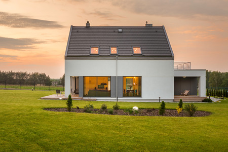 Modern white villa in green environment, outdoor view Imagens