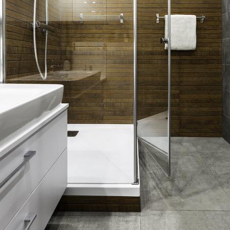 cabine de douche: Verre cabine de douche et le mur intérieur en bois