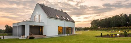 Foto panoramica di nuova villa in stile bianco con grande cortile, vista all'aperto Archivio Fotografico - 58746973