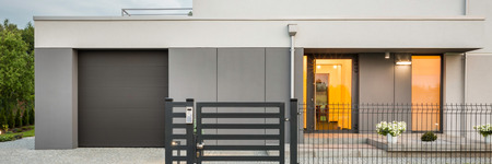 Foto panorámica de la nueva villa de diseño con valla decorativa, garaje y piedra camino de entrada, vista externa Foto de archivo