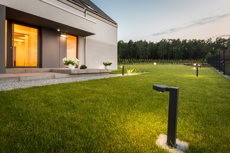 Nieuwe stijl villa met eenvoudige tuin nachtzicht royalty vrije