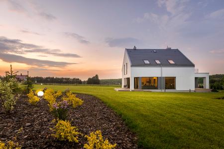 Moderne witte villa met grote achtertuin, buitenaanzicht