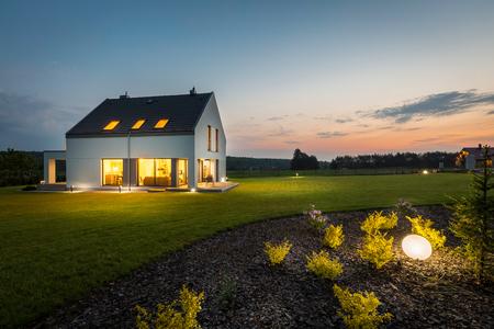 Zdjęcie z nowoczesnym domu z oświetlenia zewnętrznego, w nocy, widok z zewnątrz Zdjęcie Seryjne