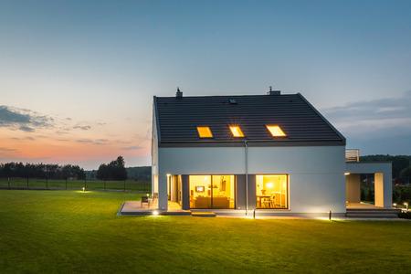 Nieuwe stijl villa met buitenverlichting, nachtzicht Stockfoto