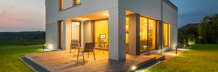 Vue extérieure de la nouvelle maison la nuit avec des lumières sur l'intérieur et l'extérieur, panorama Banque d'images - 59566436
