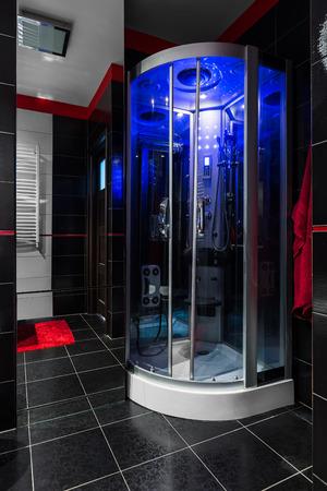 Schwarzes Badezimmer mit Hydromassage-Dusche und blauer LED-Beleuchtung