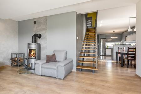 #63274726   Neues Interieur Mit Sessel, Kamin Im Industriellen Stil,  Holztreppen, Esstisch Und Offene Küche